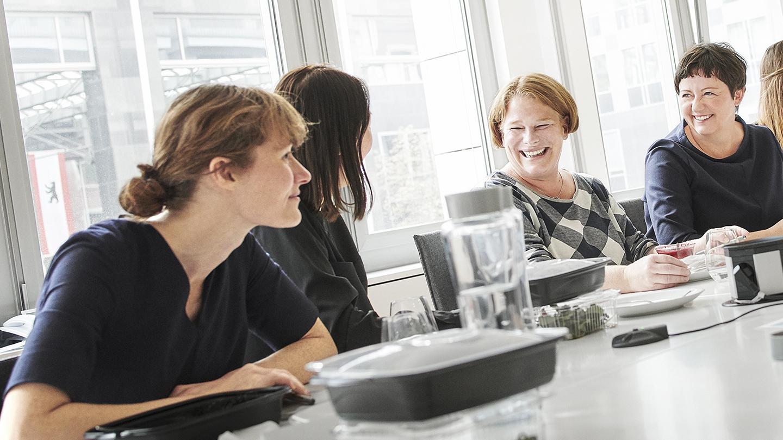 Gespräch von Mitarbeitern beim Lunch