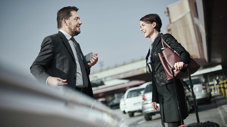 Mann und Frau in Konversation am Flughafen Berlin Tegel