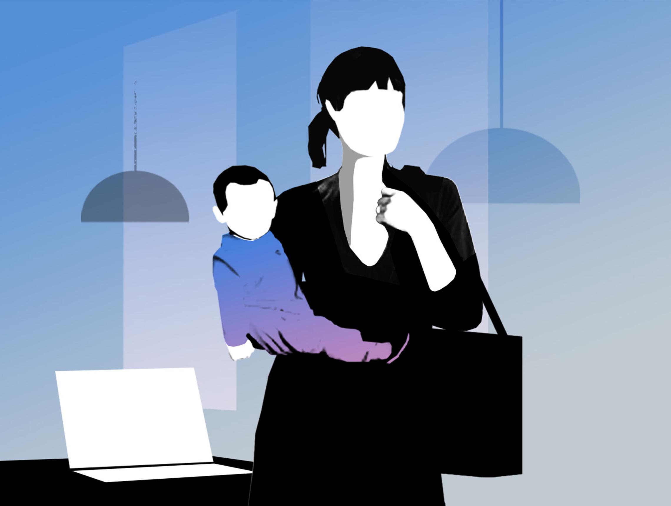 Frau mit Kind auf dem Arm steht neben Laptop