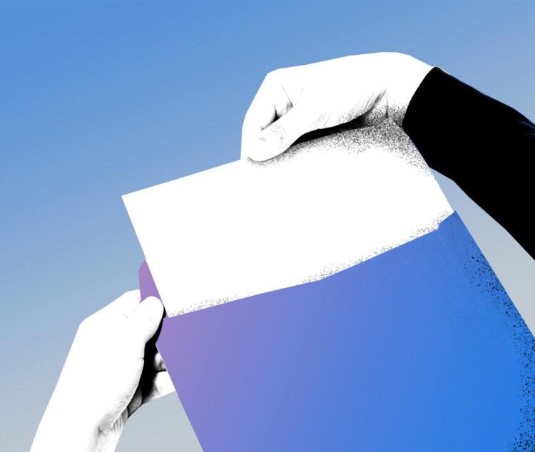 Hand zieht Dokument aus Umschlag