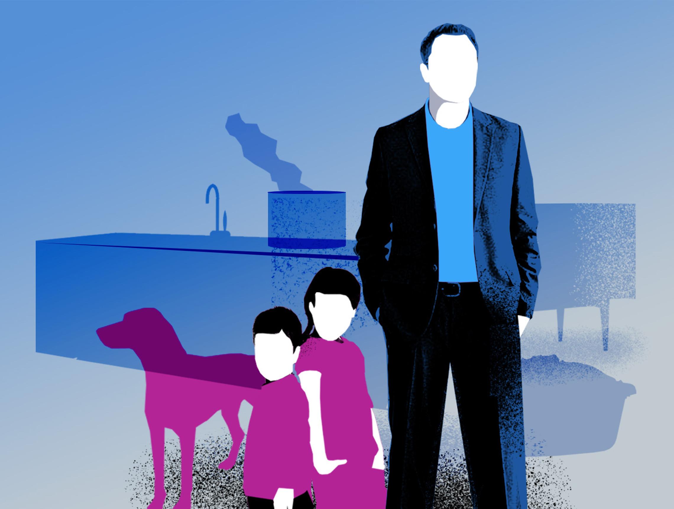 Mann steht mit zwei Kindern und Hund in Kueche