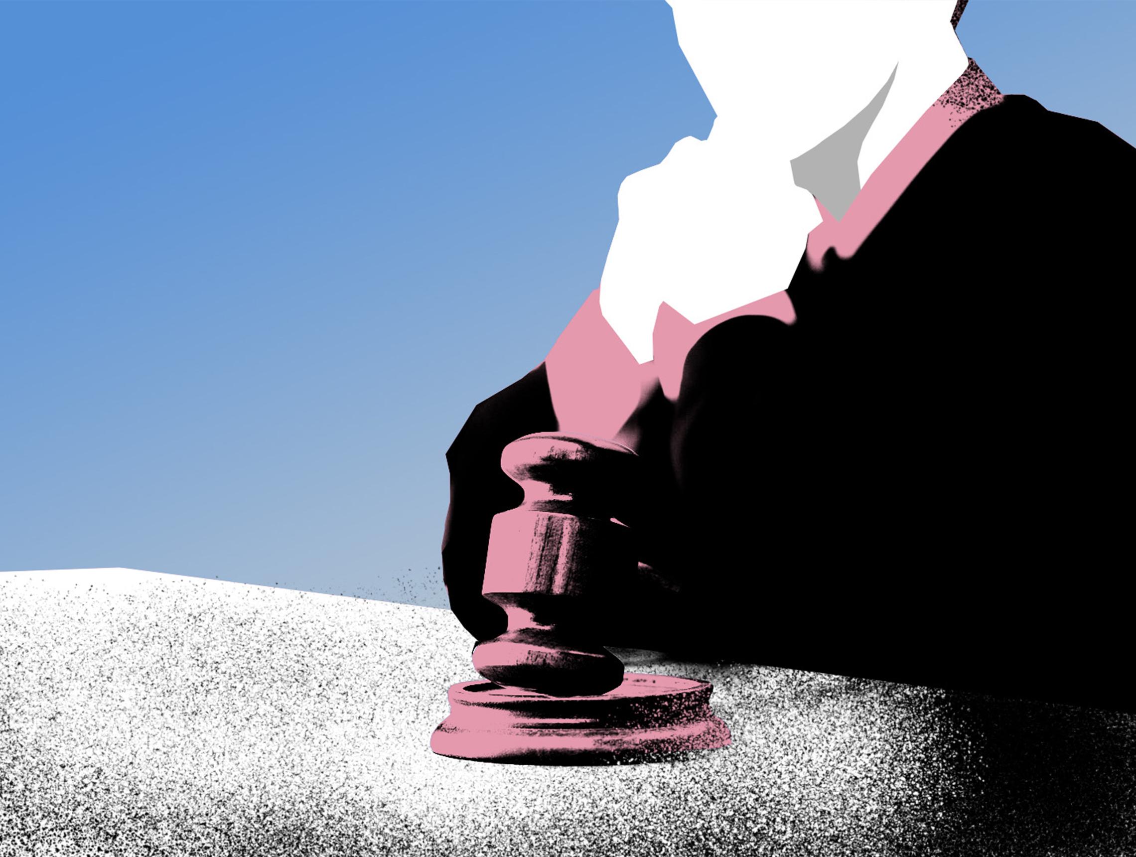Richter sitzt nachdenklich vor Hammer