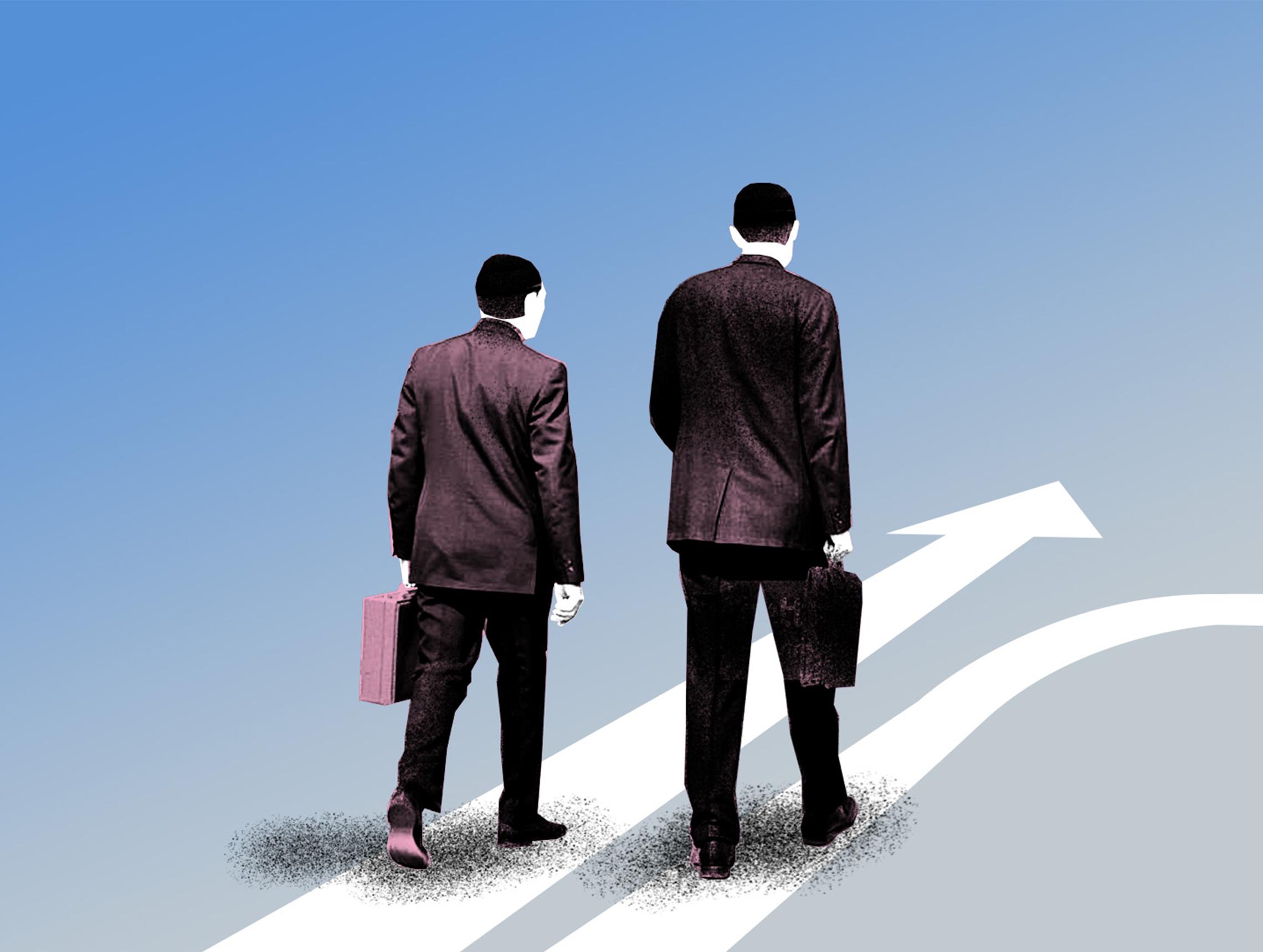 Zwei Maenner laufen mit Aktenkoffer auf Pfeilen